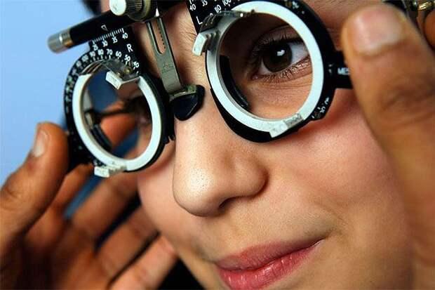 Специалист определяет остроту зрения, поле зрения, измеряет внутриглазное давление777
