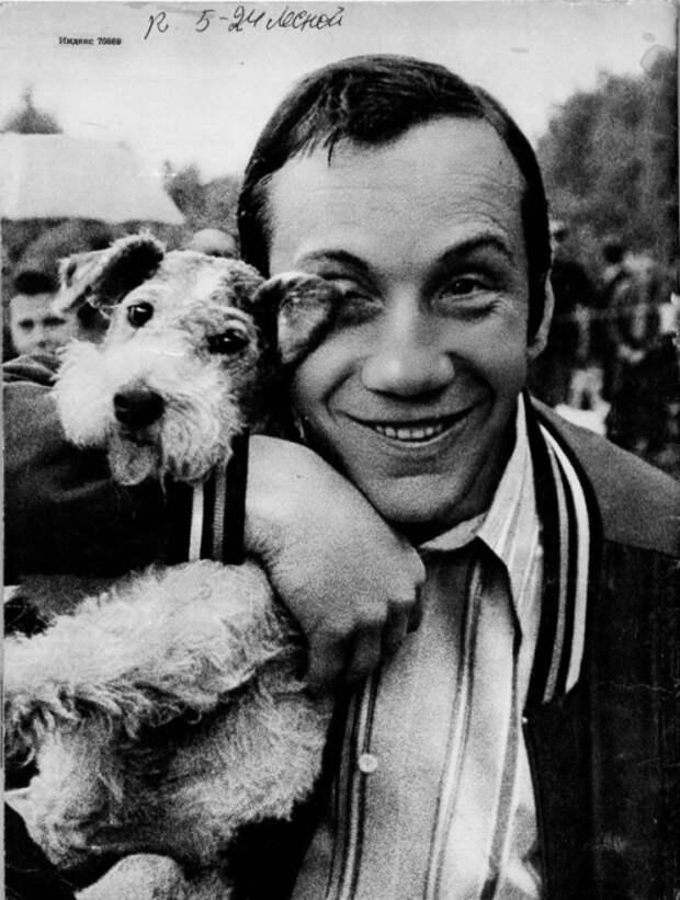 Савелий Крамаров со своей собакой.