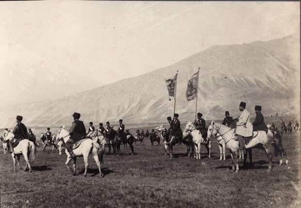 Шахский эскорт в  провинции Мазендеран, вдали Демавенд