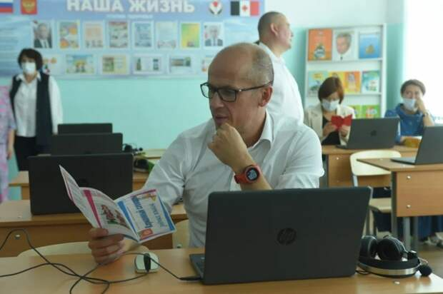Александр Бречалов посетил в Можге школу №1
