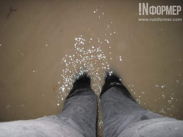 Жильцы одного севастопольского дома во время дождя мечтают о резиновых сапогах и лодке (фото)