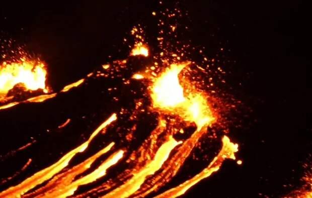 В Исландии извергается вулкан Фаградальсфьядль