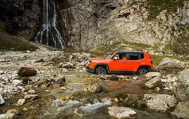 Jeep Renegade. 20-сантиметровый дорожный просвет позволяет смело съезжать с асфальта, однако для настоящих дорожных авантюр лучше выбрать модификацию Trailhawk.