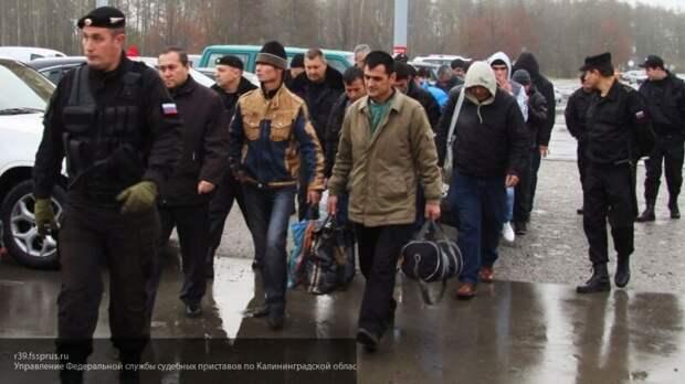 Сотни тысяч мигрантов подлежат депортации из России, но на родине их не принимают