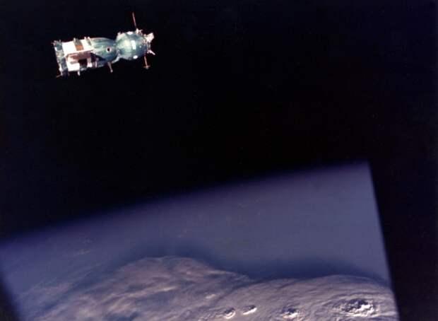 1975. Снимок советского корабля «Союз» с капсулы «Аполлон» во время исторической космической встречи