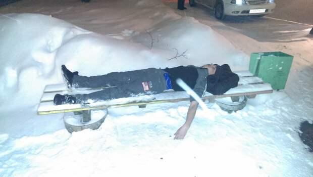 Многие мужики закаляются для того, чтобы в трудный послепраздничный вечер не замерзнуть на улице  девушки, здоровье, прикол, спорт, юмор