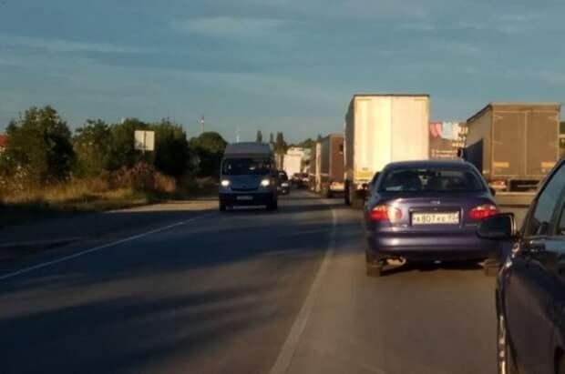 Туристы встали в огромных пробках, пытаясь покинуть Крым