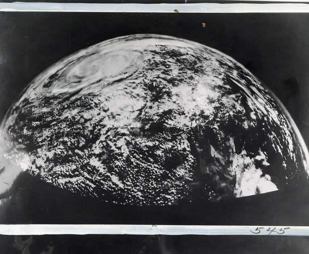 04. 1954, октябрь. Впервые сфотографирован большой участок Земли от Небраски до Тихого океана