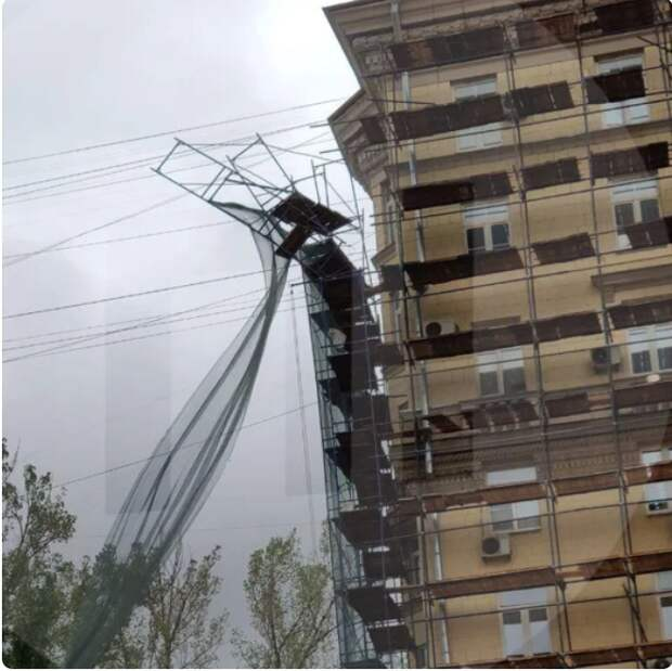 Альпинисты убрали  сломаные строительные леса на Беговой улице