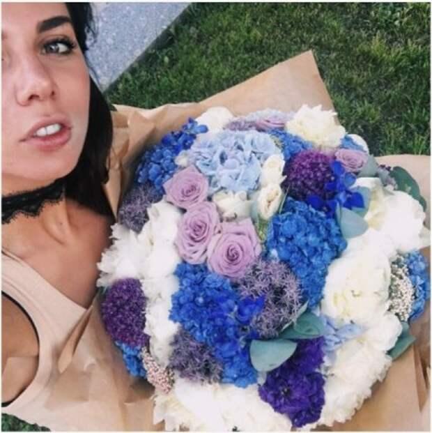 Анна Седокова опубликовала фотографию с букетом от поклонника
