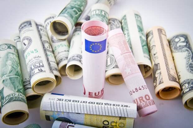 Рубль дорожает к доллару и евро