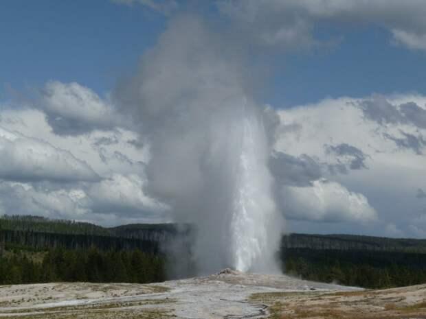 Парень получил в лицо струей воды, заглядывая в жерло гейзера