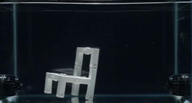 Безумный стул собирает себя сам