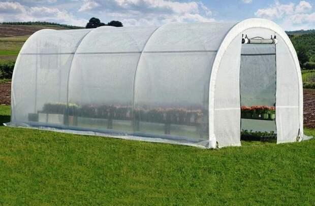 Белый спанбонд выдерживает морозы до –10°С, используется для накрывания парников и утепления на зиму многолетних культур, деревьев и кустарников