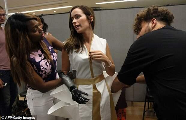 Модель с бионической рукой выступила на Неделе моды в Нью-Йорке
