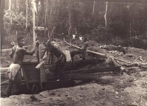 «Работай, негр, солнце еще высоко!» Труд рабочих на шахте в Африке. 1930-е.