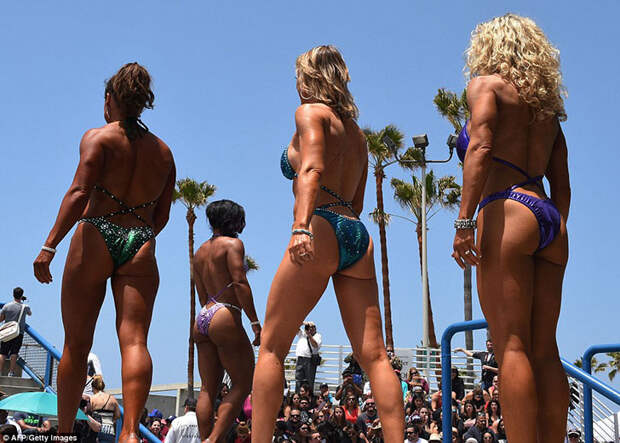 Американские бодибилдеры нарядились в купальники в честь Дня поминовения