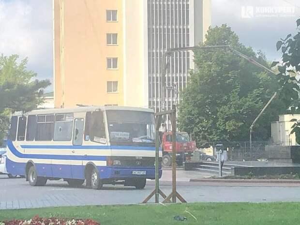 В центре Луцка неизвестный захватил автобус с заложниками