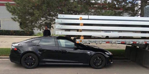 Восстание машин: покинутая водителем Tesla устроила ДТП