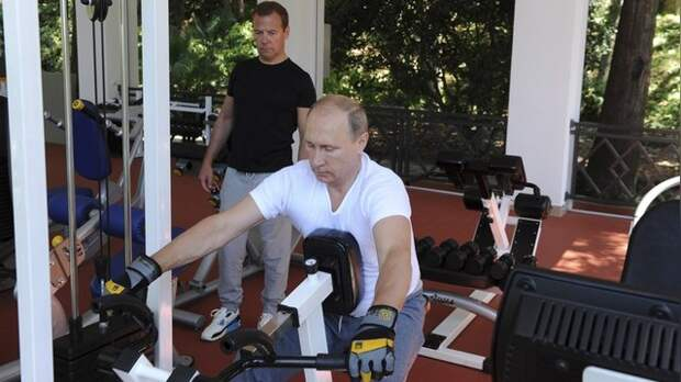 DM: Путин показал бицепсы, но устоял перед соблазном разорвать футболку