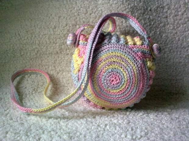 Яркая сумочка крючком