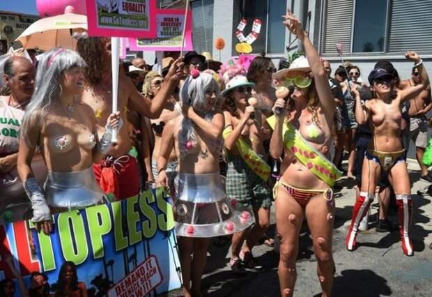 1. Появление топлес на улицах Нью-Йорка легально, поэтому власти города не могут убрать девушек с площади.