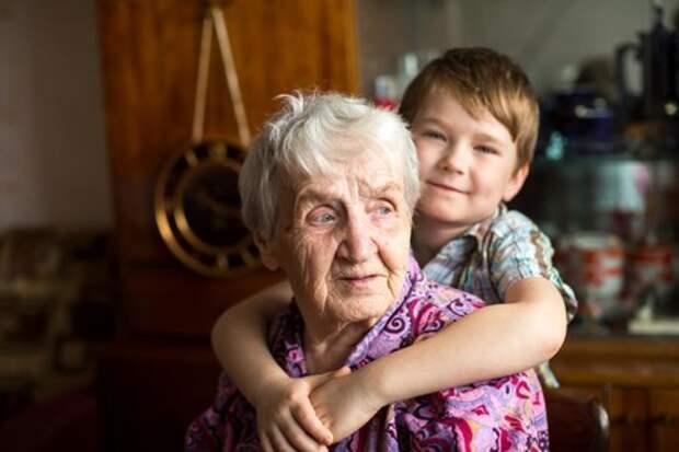Бабушке надоело, что дочь каждое утро привозит ей внуков. Однажды она не открыла дверь и стала наблюдать, что будет дальше