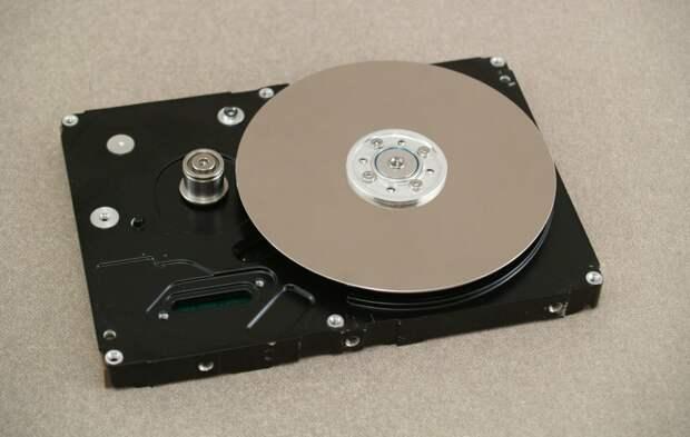 Сегодня покажу как я бесплатно построил небольшую настольную шлифовальную машинку из старого HDD жесткого диска от компьютера