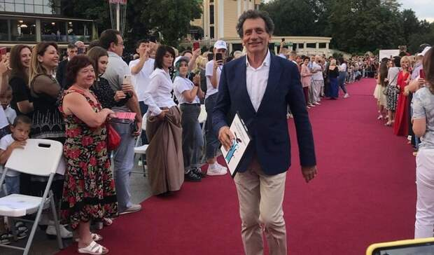 Тысячи человек без масок пришли на открытие кинофестиваля на Ставрополье