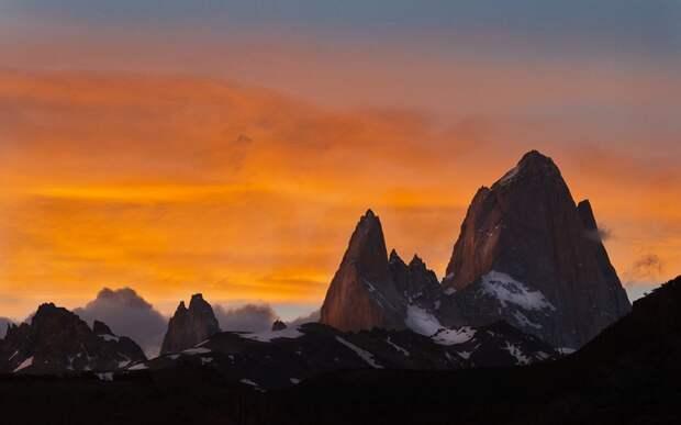 Фицрой Месторасположение: Аргентина, Чили. Патагония Высота: 3 359 м Этот величественный гранитный пик является одновременно самой непосещаемой и одной из самых опасных горных вершин. За год в среднем здесь происходит только одно удачное восхождение. Перед скалолазом стоит сразу две проблемы: во-первых, чтобы забраться на вершину нужно преодолеть отвесный участок скалы высотой 600 метров, а во-вторых, ненастная погода, которая может держаться неделями может вообще отбить всякое желание карабкаться по скалам. Кроме того, забраться на Фицрой можно лишь в период с декабря по февраль – летние месяцы в южном полушарии.