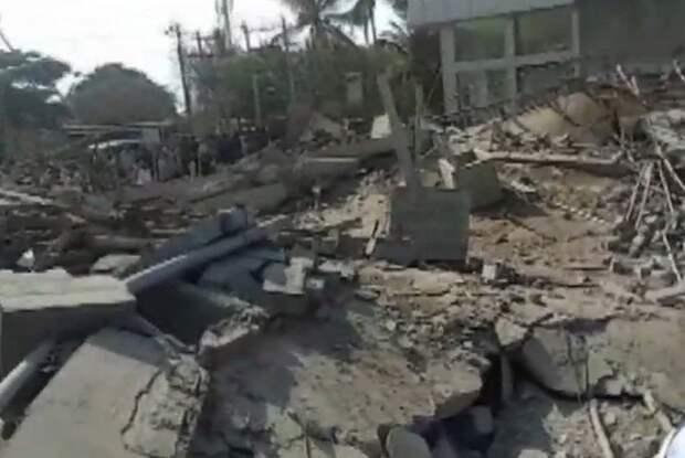 Около 100 человек могут быть под обломками рухнувшего здания в Индии