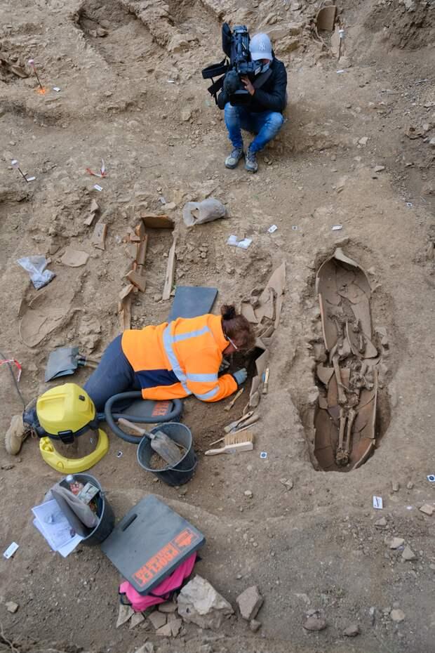 На Корсике обнаружили массовое захоронение людей в гигантских амфорах