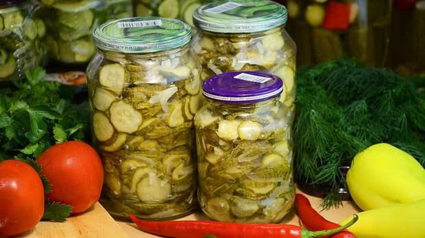 Салат из огурцов на зиму с луком и острым перцем – вкусная и пикантная закуска