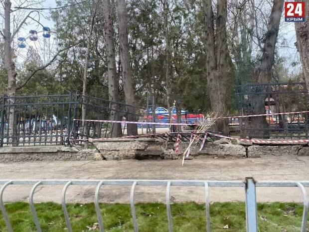 В Симферополе восстановят часть снесённого автомобилем исторического забора возле Детского парка