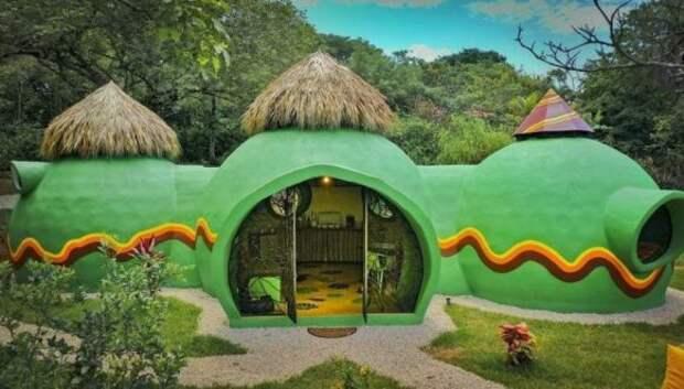 Женщина построила посреди джунглей дом из бетона и средства для мытья посуды