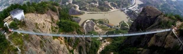 Самый длинный в мире стеклянный мост над пропастью