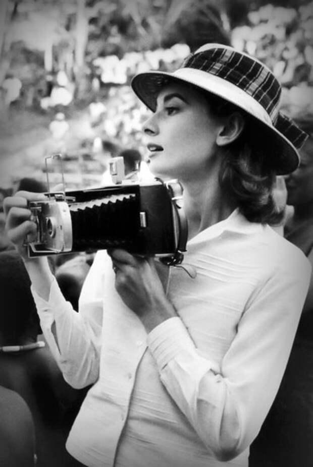 Одри Хепберн в Конго, во время сьемок фильма «История монахини» 1958 год