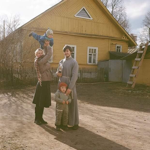 Оля, отец Илья, Ваня и Алексей в роли самолета Изборск, варвара лозенко, русская деревня, фотография