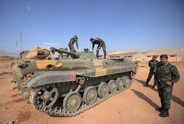 Бойцы 10-й дивизии 2-го корпуса сирийской армии на позиции у города Катана в провинции Дамаск.
