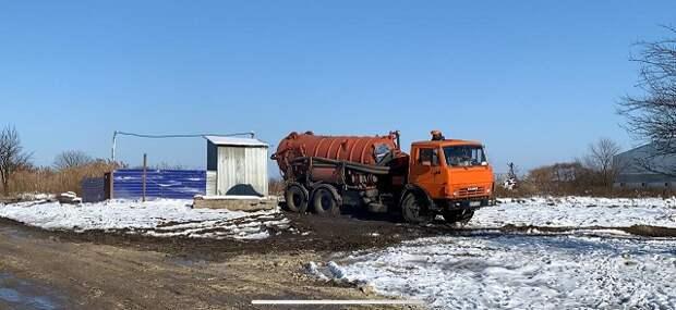 Черные ассенизаторы: в Динском районе нечистоты сливают в поле