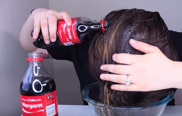 Она вылила на голову 2 бутылки обычной «Кока-Колы». Результат превзошел все ее ожидания! Лайфхак!