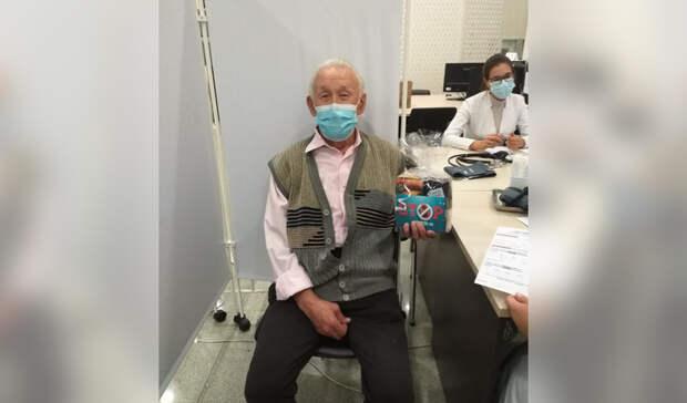 В Уфе пожилым дарят за вакцинацию пачку чая и кофе, в Москве - набор за 7000 рублей