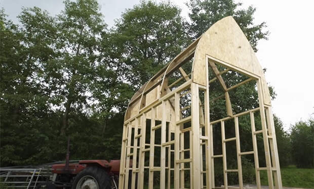 Хижина в лесу: мужчина построил полноценный дом из деревянного мусора