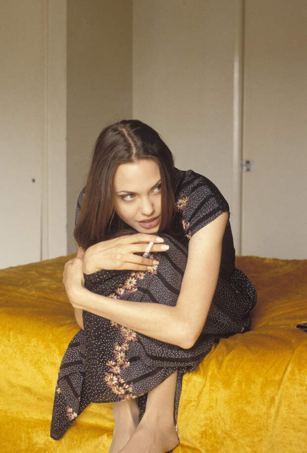 Анджелина Джоли (Angelina Jolie) в фотосессии Мишеля Буркара (Michel Bourquard) (1994), фото 12