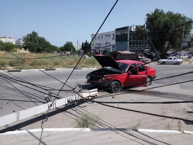 ДТП в Севастополе: автомобиль «убил» столб и зацепил «бедолагу» (фото)