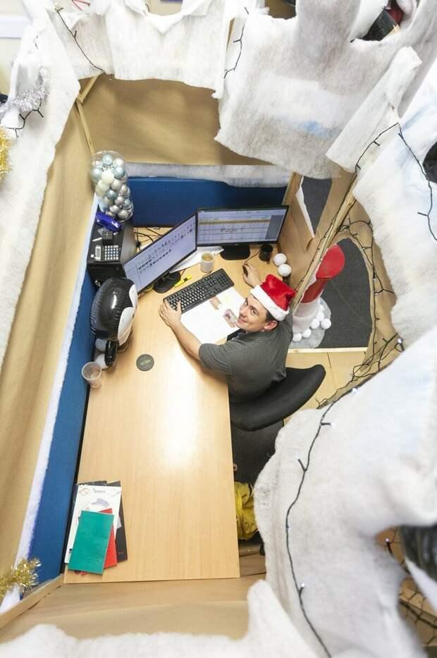 Мужчина украсил свой офисный стол ледяным замком с пингвинами