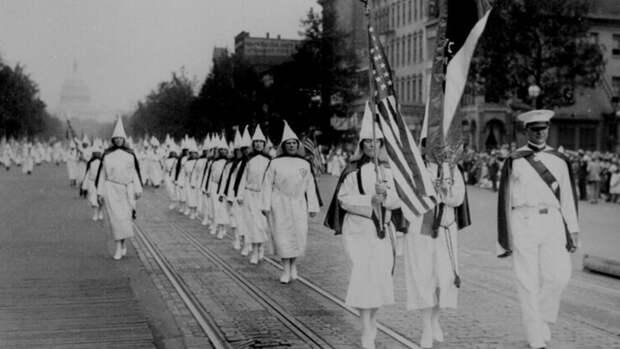 Марш Ку-клукс-клана в Вашингтоне, 1920-е годы.