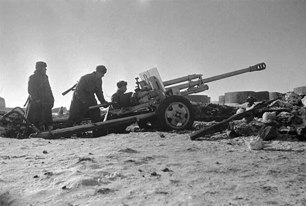 Сталинград, декабрь 1942 года. Наводка в районе нефтеналивных баков на берегу Волги. Расчет 76-мм пушки ведет огонь по врагу