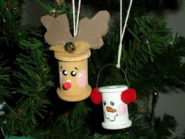 Christmas ornament - DIY Reindeer & Snowmen ornaments. Repurpose old spools. Love this idea. Crafty & cute!