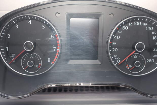 потёртости на стекле панели приборов VW Jetta